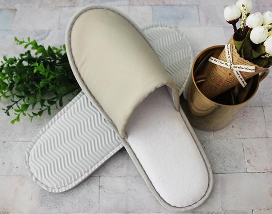 卡其色斜纹布拖鞋